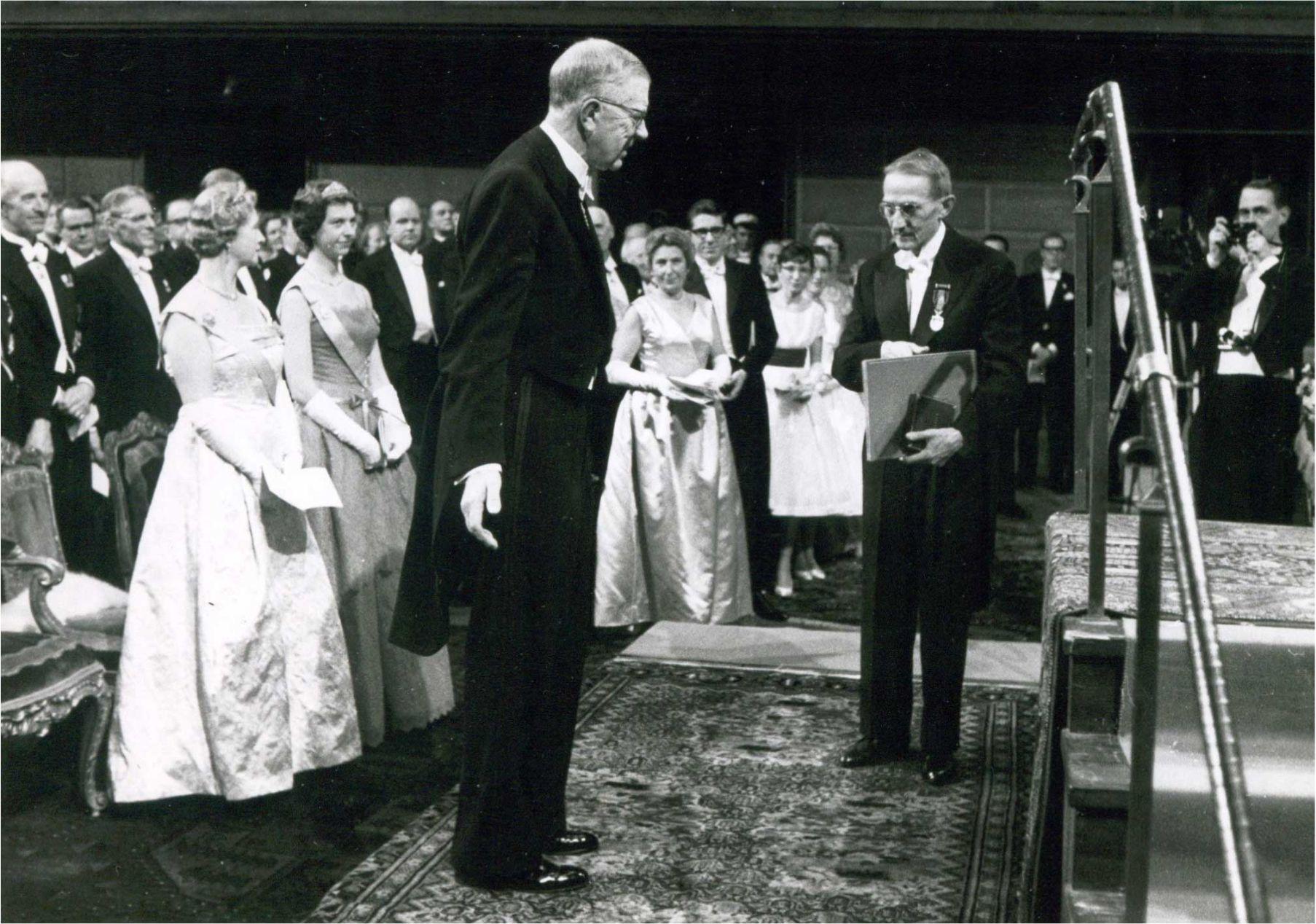 Švédský král Gustav Adolf VI. předává 10. prosince 1959 ve Stockholmu J. Heyrovskému Nobelovu cenu za objev a vývoj polarografické metody.