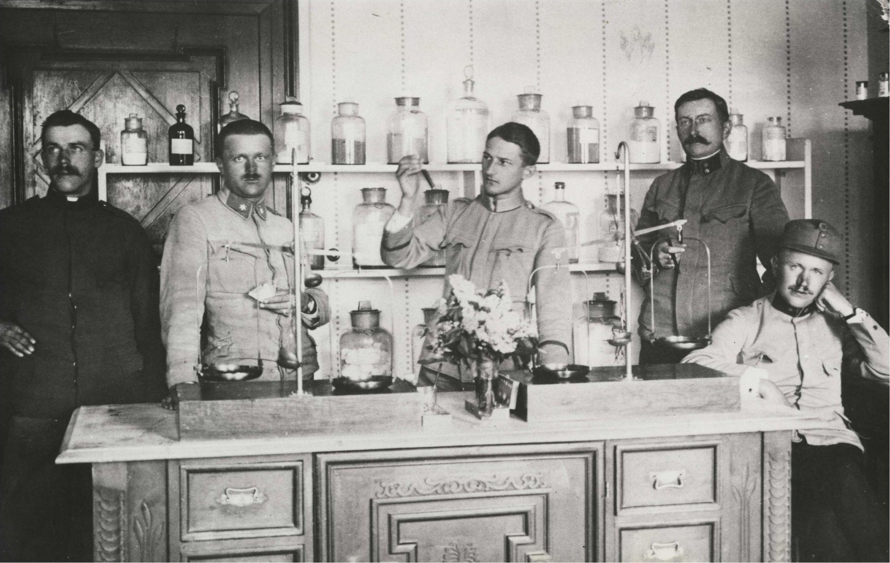 Jaroslav Heyrovský (třetí zleva) na vojně, K. u. K. Reserve-Spital, Tábor, 1915