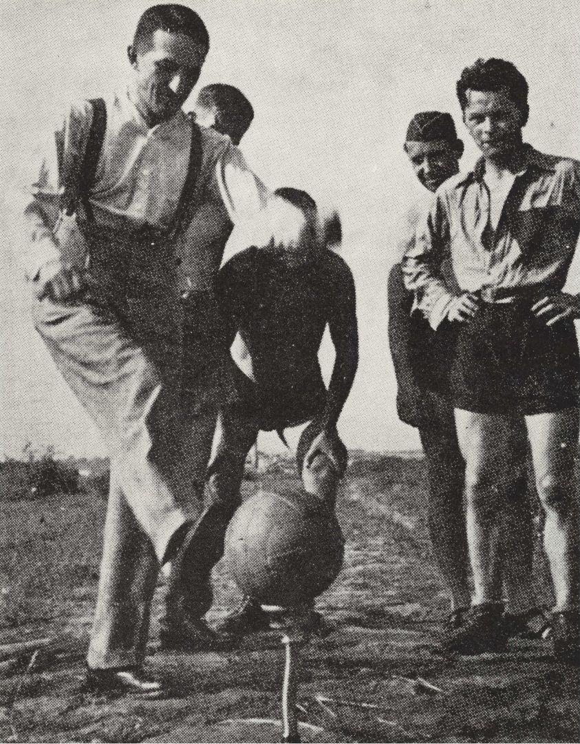 Jaroslav Heyrovský provádí výkop při fotbalovém zápase mezi Ústavem fyzikální chemie a Spektroskopickým ústavem UK, 1936; NTM