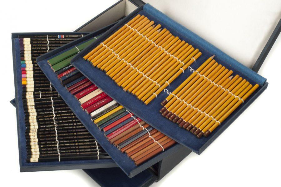Kufřík pro obchodní cestující obsahující produkty továrny L. & C. Hardtmuth; NTM