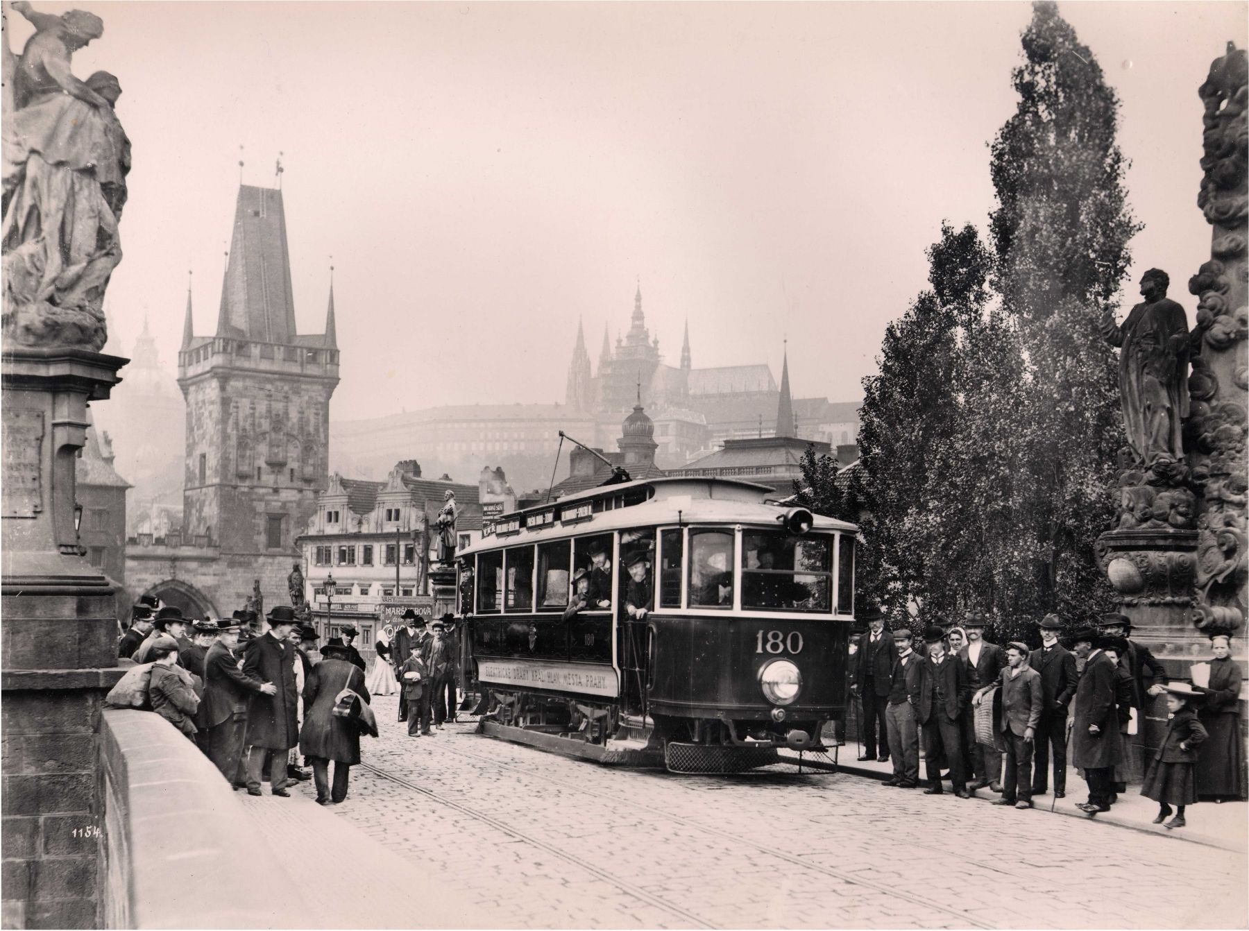 Elektrická tramvaj podle Křižíkova systému v Praze na Karlově mostě v roce 1905; NTM
