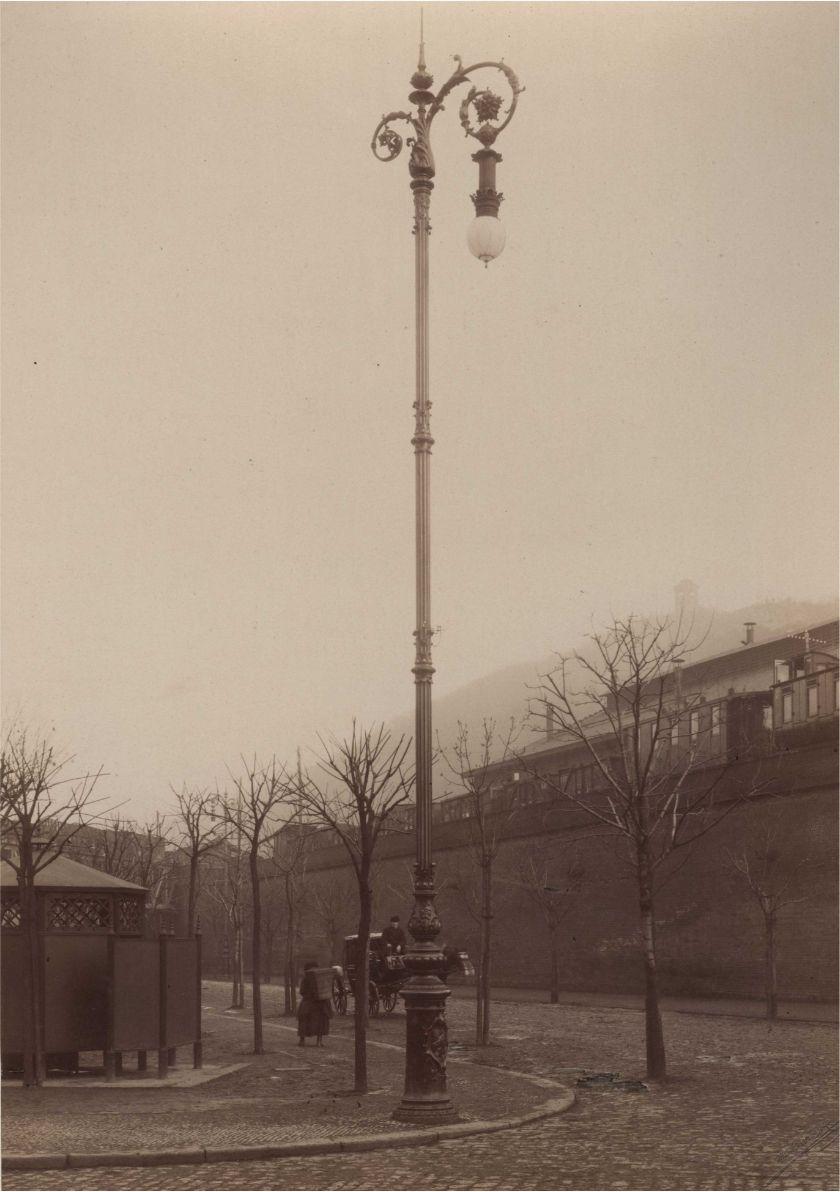 Stožár pouličního osvětlení vybavený obloukovou lampou, Praha