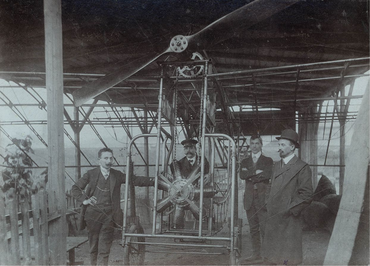 Ludvík Očenášek u svého letadla (vpravo). Zprávy o prvním letu bratří Wrightů se šířily a Očenášek byl jedním z těch, kteří toužili létat.